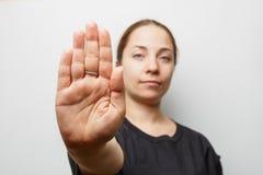 Sinal da PARADA da exibição da menina ou NENHUM gesto à mão, foco na palma fotografia de stock royalty free