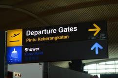 Sinal da partida no sal?o da partida do terminal de aeroporto 1 de Changi fotografia de stock