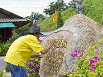 Sinal da pintura do artista no local grande da estátua de Buddha. Imagens de Stock
