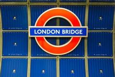 Sinal da ponte de Londres contra o azul no tubo Londres Reino Unido 1-10-2018 de Londres fotografia de stock royalty free