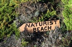 Sinal da praia do naturista imagem de stock