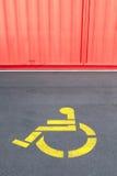Sinal da prioridade da inabilidade para a cadeira de rodas usando-se no steet concreto Imagens de Stock