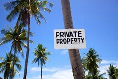Sinal da propriedade privada em uma palmeira Imagens de Stock Royalty Free