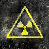 Sinal da radiação nuclear na parede suja velha Símbolo da contaminação de radiação Ilustração preta amarela monocromática ilustração do vetor