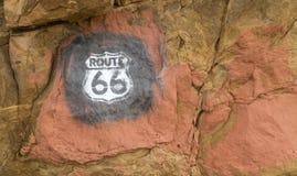 Sinal da rota 66 pintado em rochas em New mexico imagem de stock royalty free