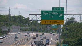 Sinal da saída aos moinhos de Opry na autoestrada - Nashville, Estados Unidos - 16 de junho de 2019 vídeos de arquivo