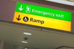 Sinal da saída de emergência e do acesso da rampa Fotos de Stock