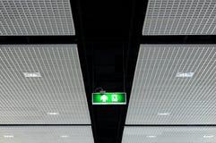 Sinal da saída de emergência no teto Fotos de Stock