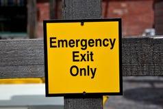 Sinal da saída de emergência somente Fotografia de Stock Royalty Free