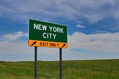 Sinal da saída da estrada dos E.U. para New York City imagem de stock royalty free