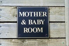 Sinal da sala da mãe & do bebê Toalete público WC restroom imagem de stock
