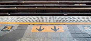 Sinal da seta na plataforma Railway no estação de caminhos-de-ferro Fotos de Stock Royalty Free