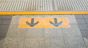 Sinal da seta na plataforma Railway no estação de caminhos-de-ferro Foto de Stock Royalty Free