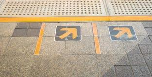 Sinal da seta na plataforma Railway no estação de caminhos-de-ferro Imagem de Stock