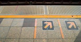 Sinal da seta na plataforma Railway no estação de caminhos-de-ferro Foto de Stock
