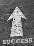Sinal da seta na superfície do asfalto com sucesso Imagem de Stock Royalty Free