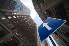 Sinal da seta que mostra o céu NYC Foto de Stock Royalty Free