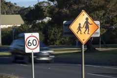 Sinal da velocidade do cruzamento de escola Fotografia de Stock