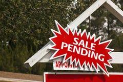 Sinal da venda com observação pendente Fotografia de Stock