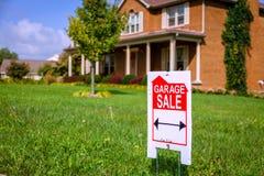Sinal da venda de garagem Imagens de Stock