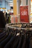 Sinal da venda na loja Imagens de Stock