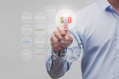 Sinal da Web do ícone de uma comunicação da busca SEO da exibição da mão do negócio como Imagens de Stock
