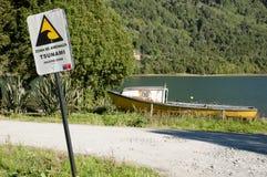 Sinal da zona do perigo do tsunami - Puyuhuapi - Chile Imagens de Stock Royalty Free