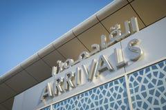 Sinal das chegadas no aeroporto do Oriente Médio imagem de stock