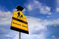 Sinal das escolas no fundo do céu azul Foto de Stock