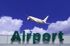 Sinal das nuvens e do aeroporto do avião fotografia de stock royalty free