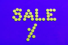 Sinal das vendas dos doces amarelos Fotografia de Stock Royalty Free