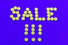 Sinal das vendas vestido com doces amarelos Imagens de Stock