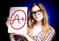 Sinal de adição perfeito da categoria A da escola do exame e da menina feliz Imagens de Stock Royalty Free