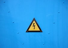 Sinal de advertência bonde amarelo do triângulo no fundo azul Fotografia de Stock Royalty Free