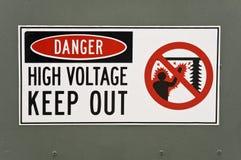 Sinal de alta tensão do perigo Foto de Stock Royalty Free