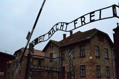 Sinal de Arbeit Macht Frei do campo de concentração de Auschwitz Birkenau II foto de stock