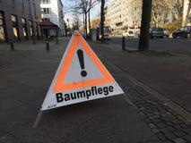 Sinal de aviso alemão do cuidado da árvore imagens de stock royalty free