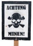 Sinal de aviso alemão do vintage em um fundo branco imagens de stock