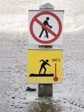 sinal de aviso amarelo de 100 graus Imagens de Stock