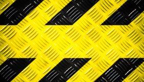 Sinal de aviso amarelo e listras pretas pintadas na placa de aço do verificador ou na placa do diamante no fundo largo da bandeir fotos de stock