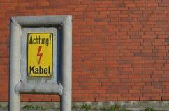 Sinal de aviso: Cabo de Achtung Kabel/cuidado Imagens de Stock Royalty Free
