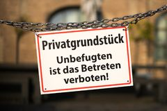 Sinal de aviso com texto alemão: Propriedade privada verboten das ISTs DAS Betreten de Privatgrundstueck - de Unbefugten - nenhum Fotos de Stock Royalty Free