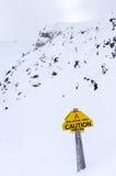 Sinal de aviso da avalancha na montanha de Whitehorn em Lake Louise Fotografia de Stock Royalty Free