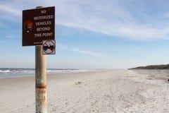 Sinal de aviso da praia Fotografia de Stock Royalty Free