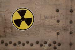 Sinal de aviso da radiação em uma superfície de metal velha fotografia de stock royalty free