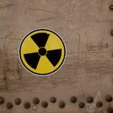Sinal de aviso da radiação em uma superfície de metal velha imagem de stock