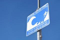 Sinal de aviso da zona do perigo do tsunami no céu azul Imagem de Stock