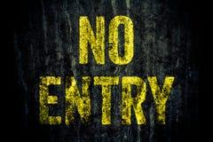 "sinal de aviso do  de Entry†do ""No nas letras amarelas pintadas sobre o muro de cimento cinzento sujo escuro imagens de stock"