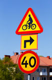 Sinal de aviso do cruzamento da bicicleta e limite de velocidade suecos 40 Imagem de Stock