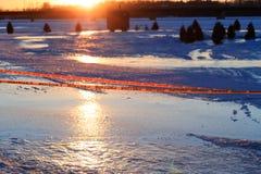 Sinal de aviso do gelo fino na aldeia piscatória instalada no lago Fotos de Stock Royalty Free